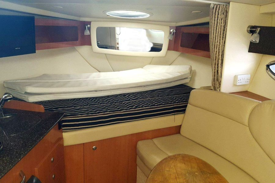 Maxum 2900se - cabin seating and berth