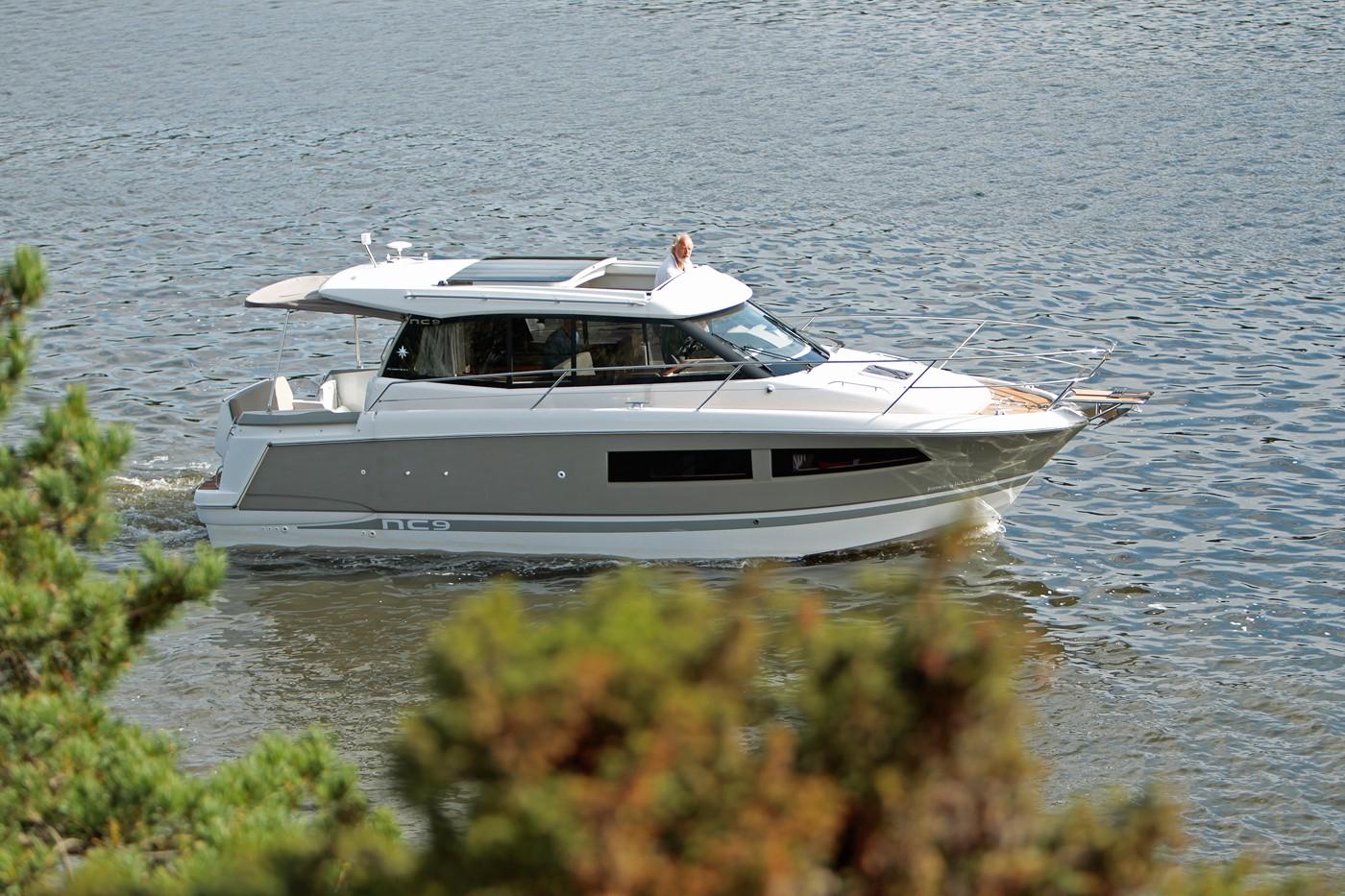 Jeanneau NC 9 Diesel - starboard side