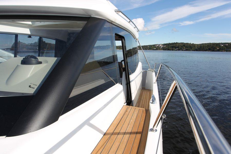 Jeanneau NC 9 Diesel - starboard side-deck