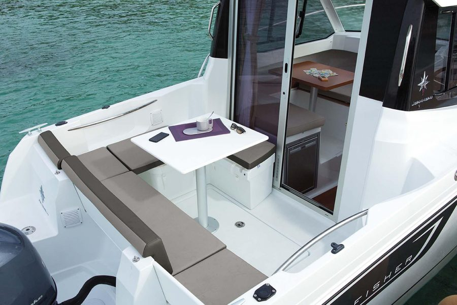 Jeanneau Merry Fisher 605 Legend - cockpit seating + table