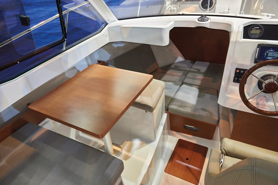Jeanneau Merry Fisher 605 Legend - wheelhouse interior