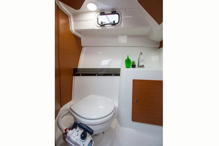 Jeanneau Merry Fisher 795 - toilet compartment