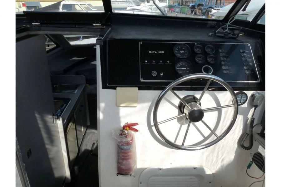 Bayliner 2452 Diesel - helm position