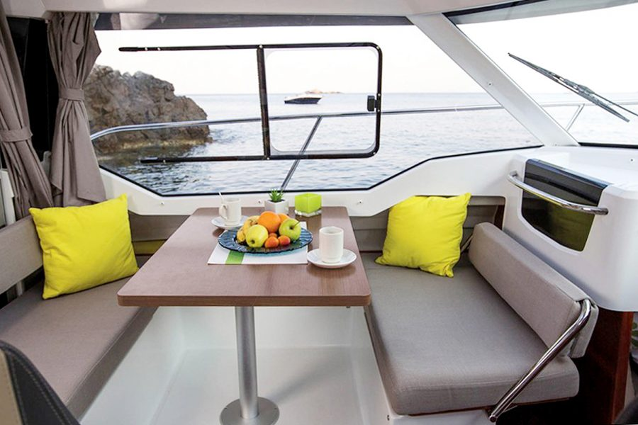 Jeanneau Merry Fisher 795 - saloon seating and table