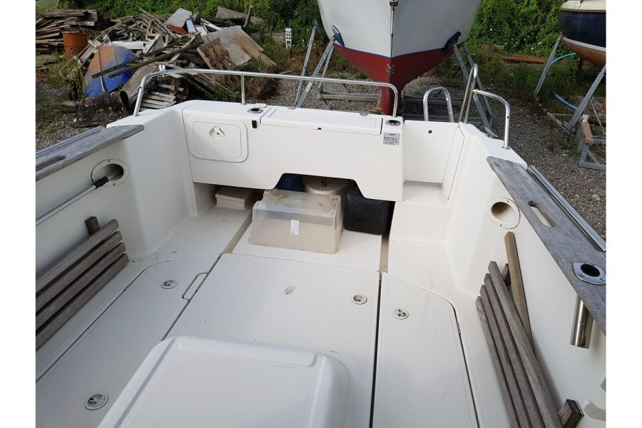 Arvor 215 fishing boat - cockpit from midships