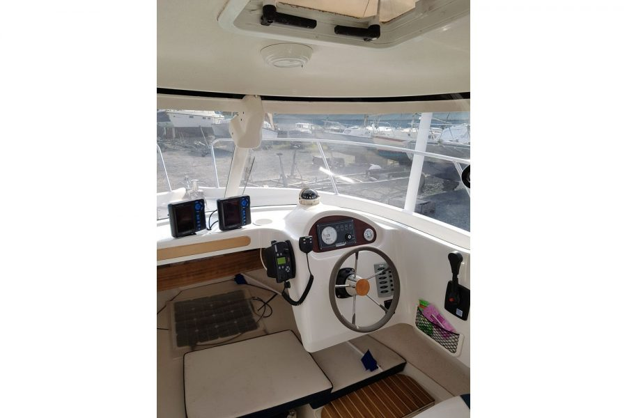 Arvor 215 fishing boat - inside wheelhouse