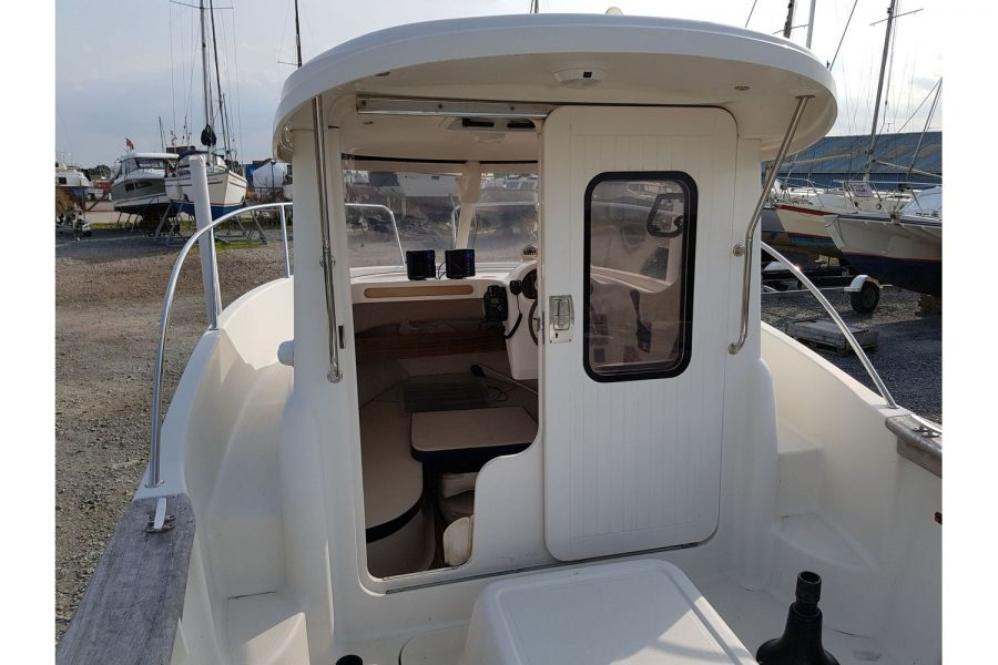 Arvor 215 fishing boat - looking into wheelhouse
