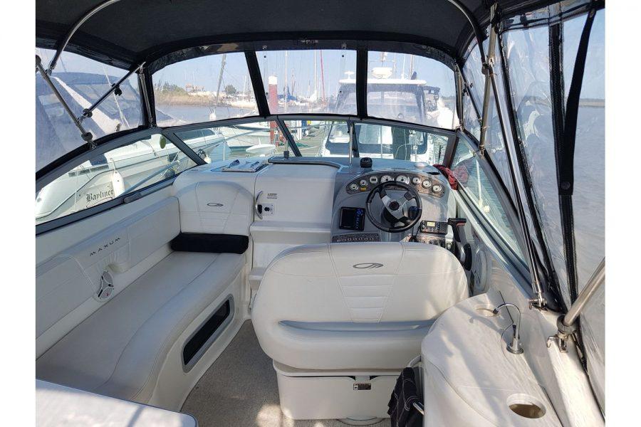 Maxum 2600 SE - cockpit under canopy