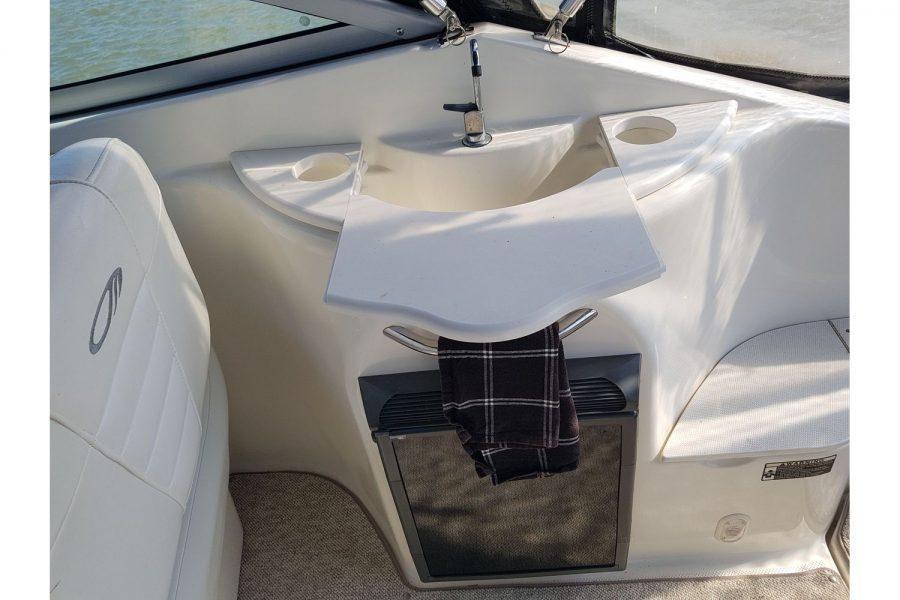 Maxum 2600 SE - cockpit fridge and cink