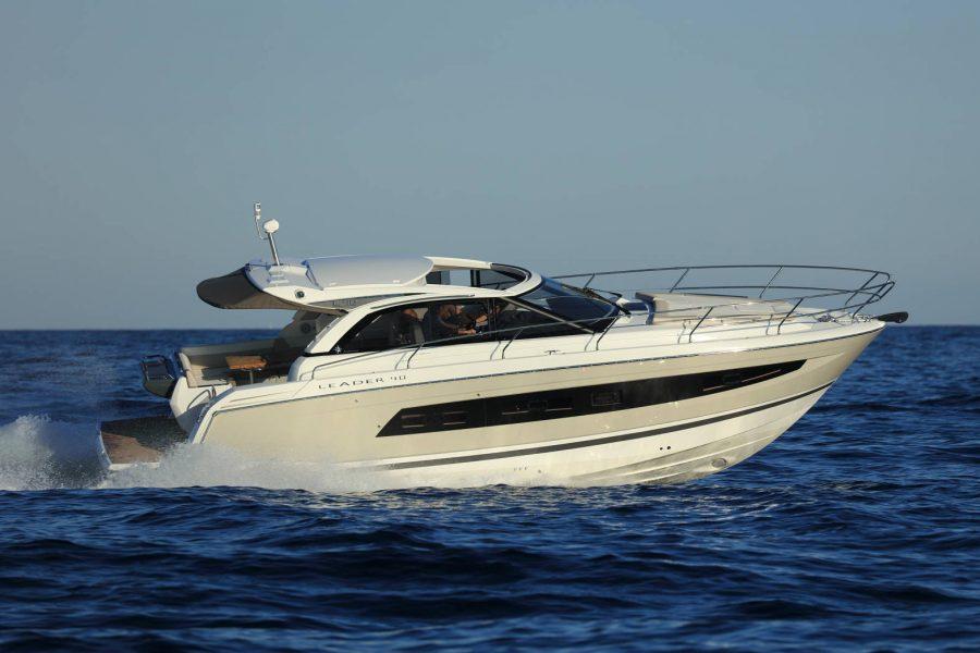Jeanneau Leader 40 - cruising in the water
