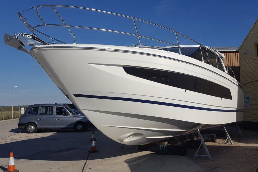 Jeanneau Leader 40 - portside bow