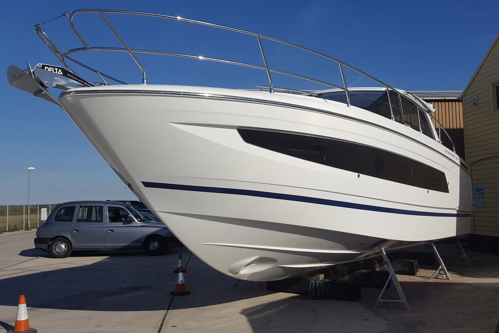 Jeanneau Leader 40 - portside bow