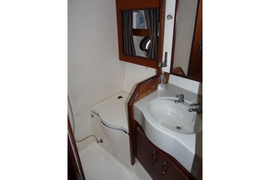 Fairline 36 Sedan - toilet compartment