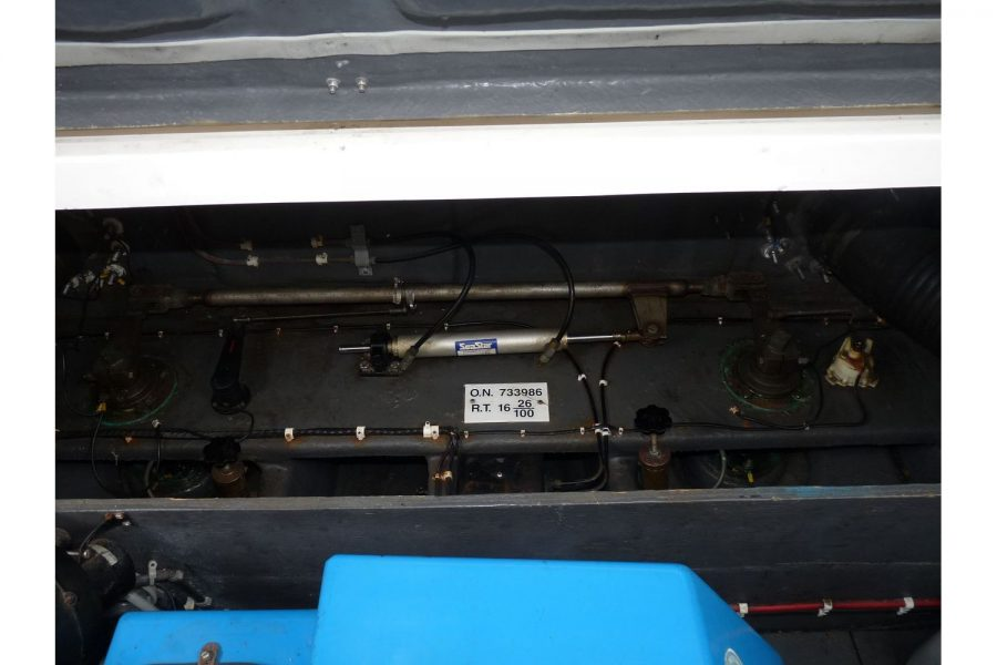 Fairline 36 Sedan - engine compartment