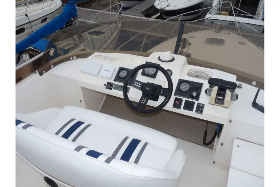 Fairline 36 Sedan - flybridge engine controls