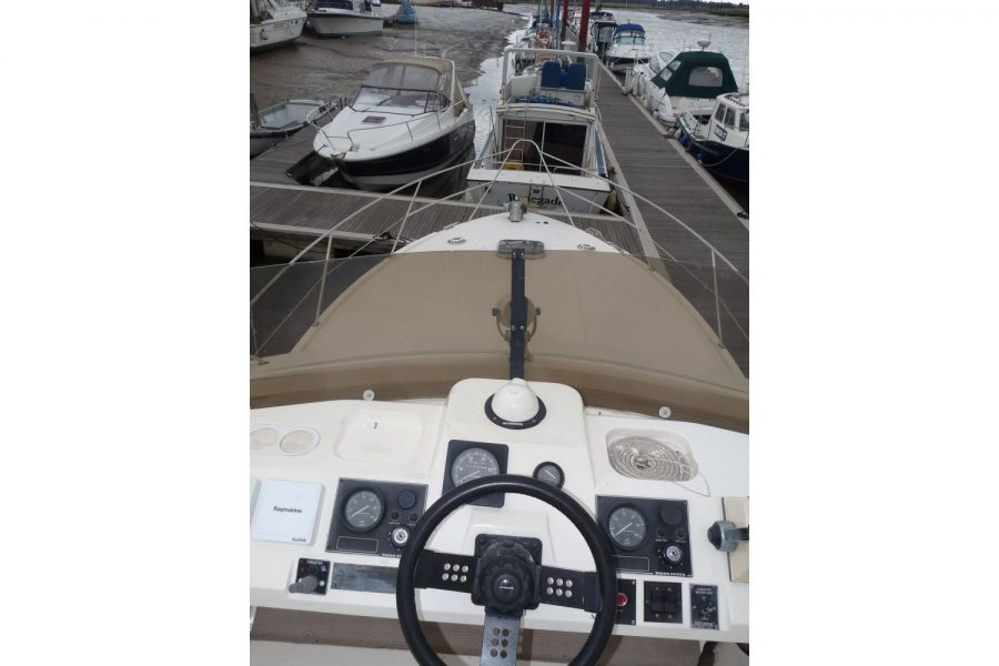 Fairline 36 Sedan - flybridge and bow