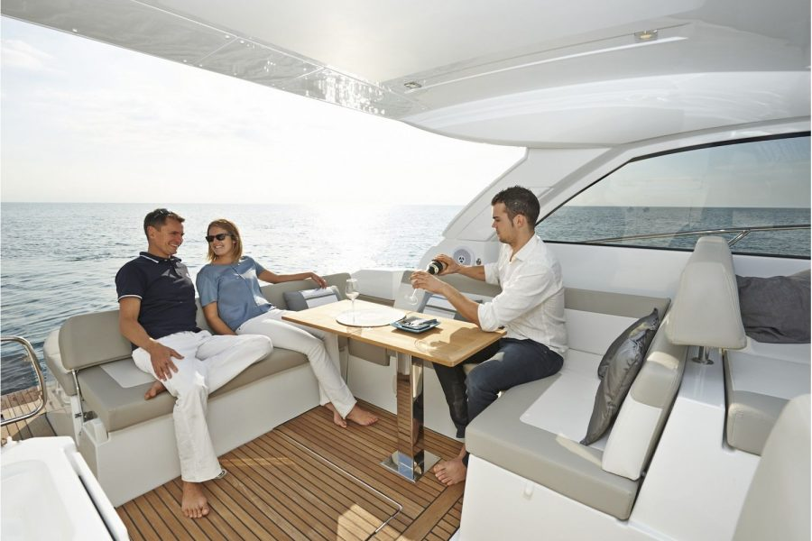 Jeanneau Leader 40 - table and seating