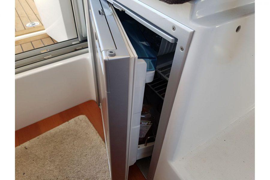 Jeanneau Merry Fisher 755 - saloon fridge