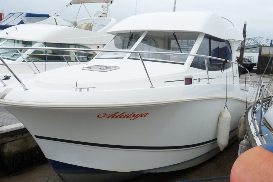 Jeanneau Merry Fisher 8 - bow view port side