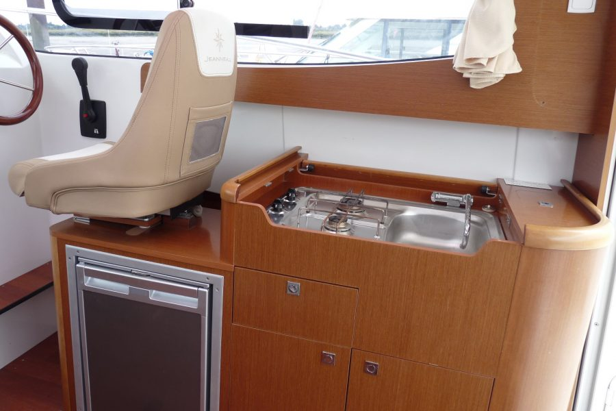 Jeanneau Merry Fisher 8 - galley