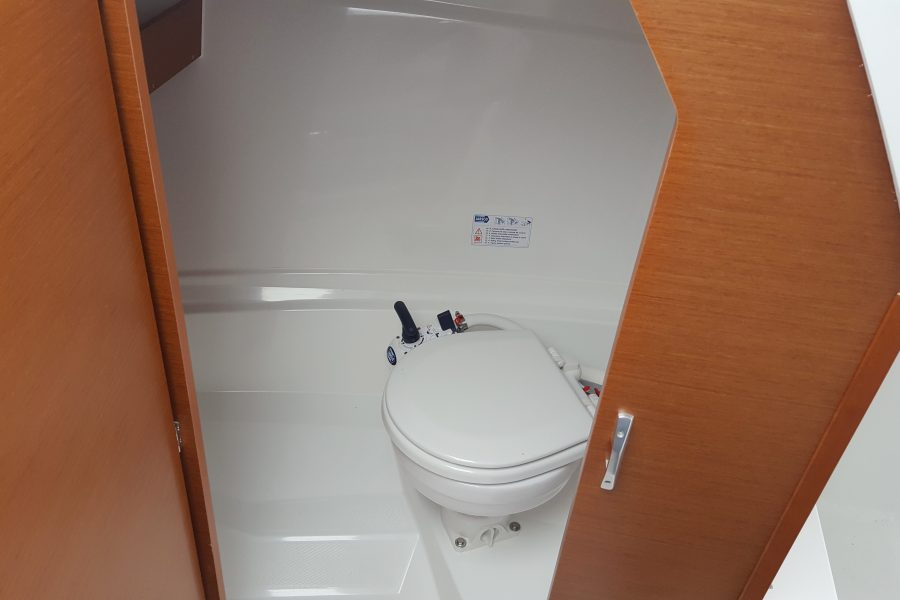 Jeanneau Merry Fisher 695 - toilet compartment