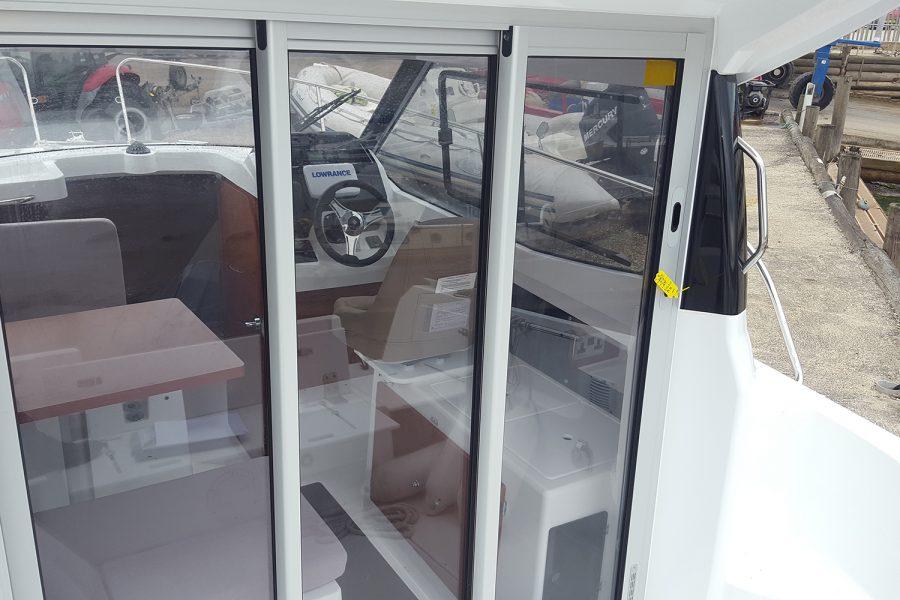 Jeanneau Merry Fisher 695 - wheelhouse sliding door