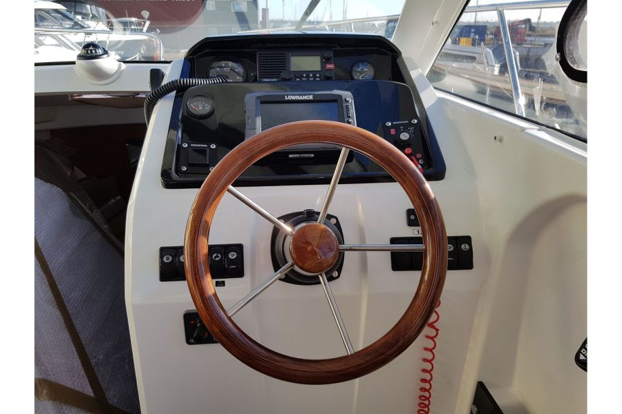 Jeanneau Merry Fisher 755 - engine controls and dash