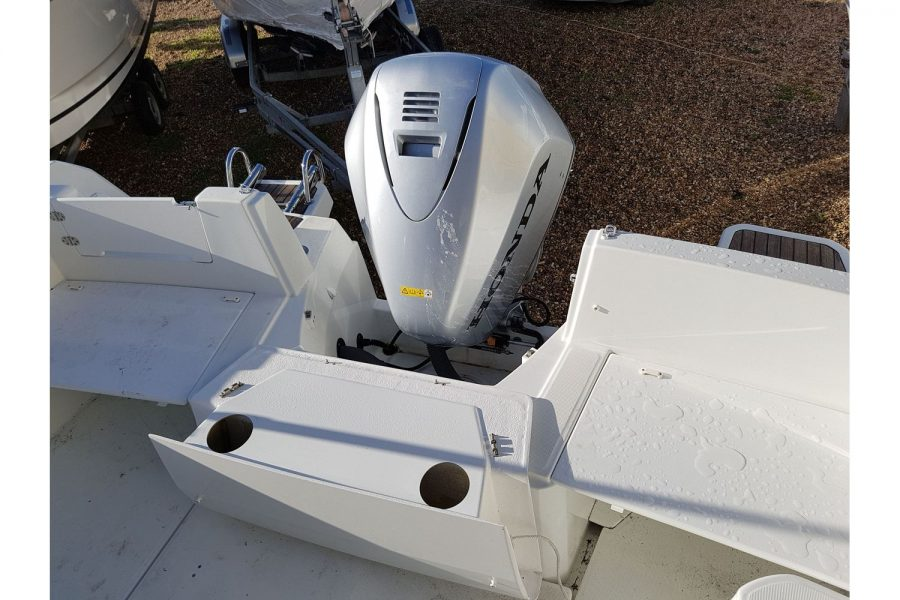 Jeanneau Merry Fisher 755 - swim platforms and outboard engine