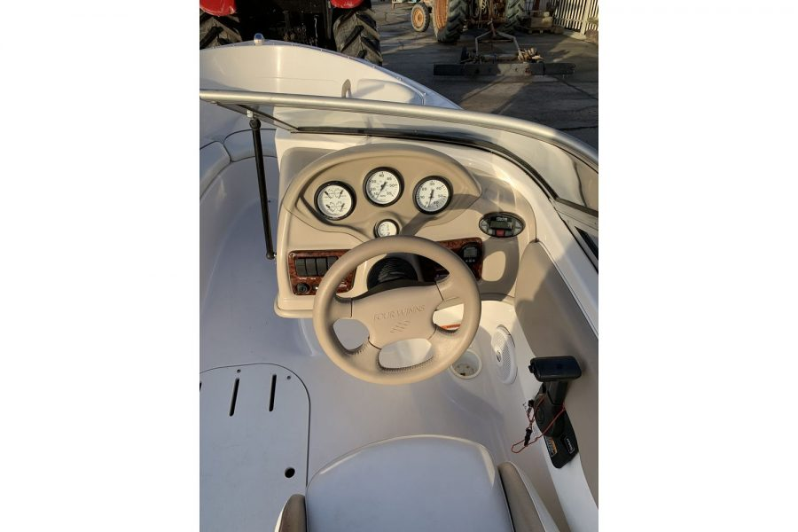 Four Winns Horizon 170 LE - helm position
