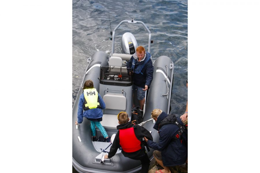 Highfield OM 460 aluminium RIB - people climbing aboard
