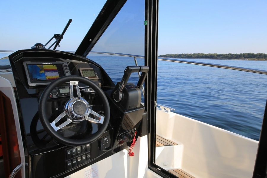 Jeanneau Merry Fisher 895 Offshore - helm position