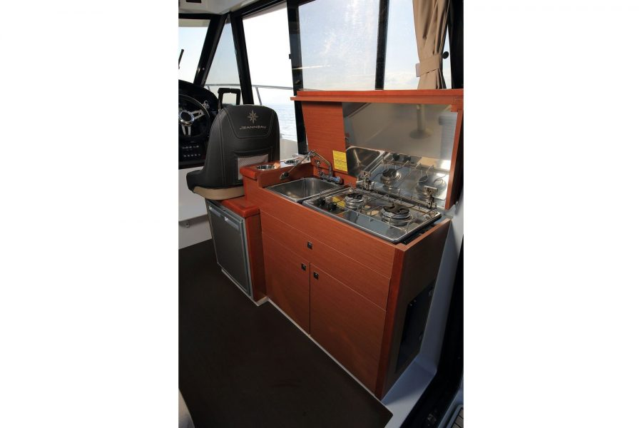 Jeanneau Merry Fisher 895 Offshore - galley
