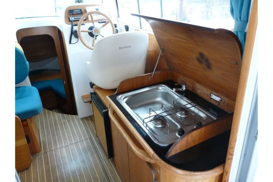 Jeanneau Merry Fisher 805 - galley with sink and hob