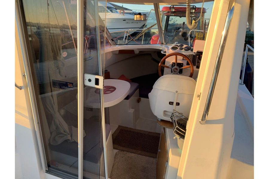 Ocqueteau 6.15 - view into wheelhouse