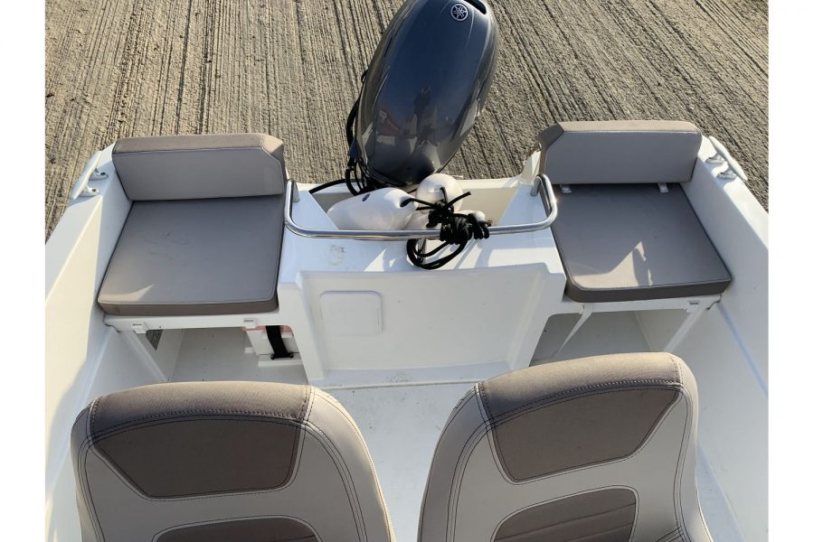 Jeanneau Cap Camarat 4.7 CC - seating and outboard