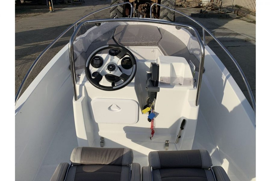 Jeanneau Cap Camarat 4.7 CC - dash and bow
