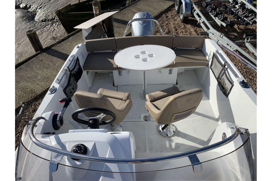 Jeanneau Cap Camarat 5.5 WA - cockpit table
