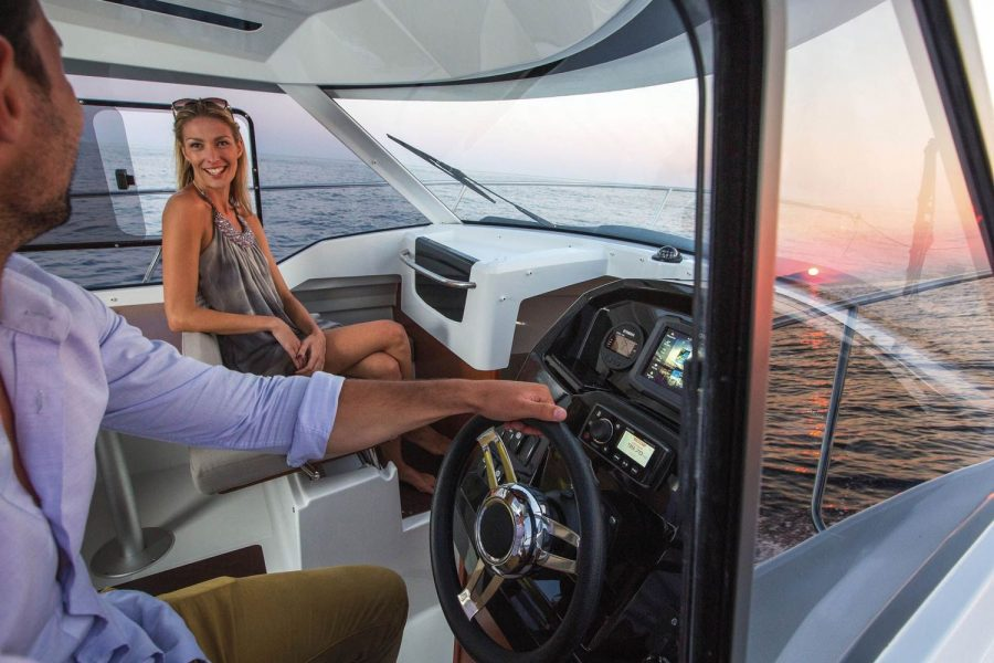 Jeanneau Merry Fisher 795 - pilot and co-pilot seats