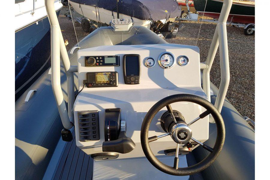 Highfield OM 540 aluminium RIB - cockpit