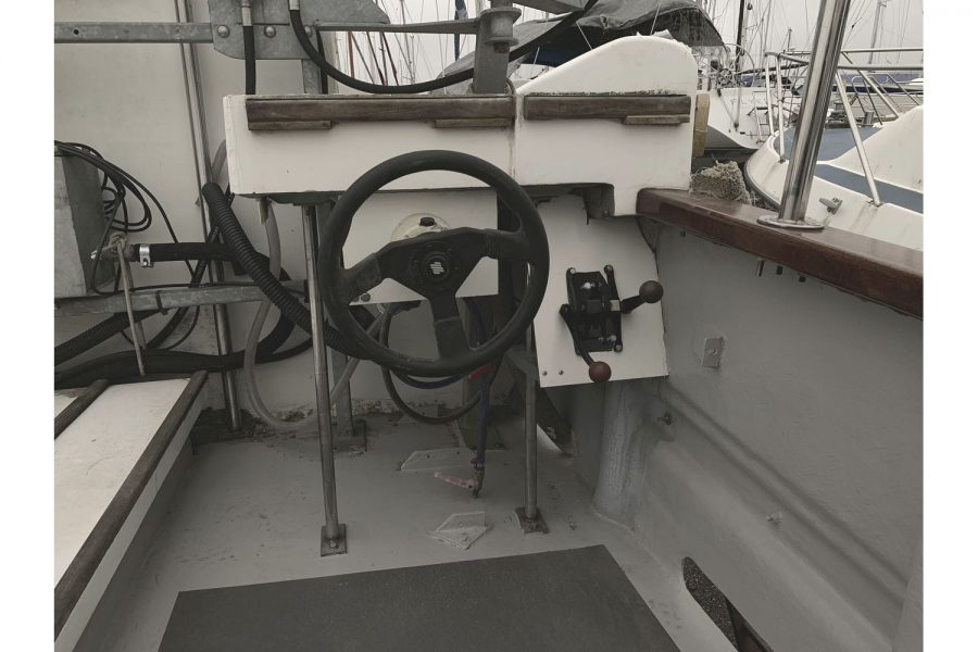 Freeward 30 fishing boat - cockpit helm position