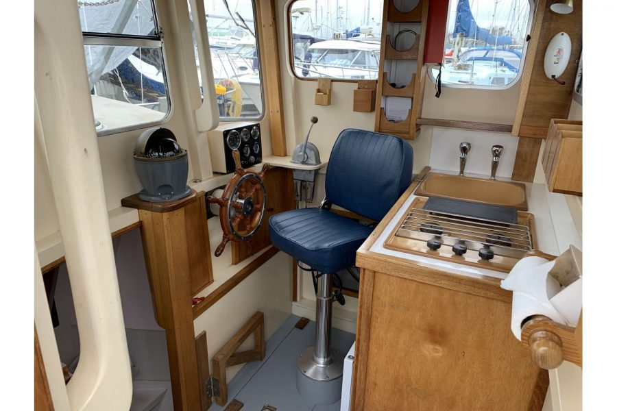 Freeward 30 fishing boat - wheelhouse helm position