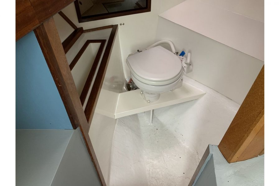 Freeward 30 fishing boat - toilet compartment