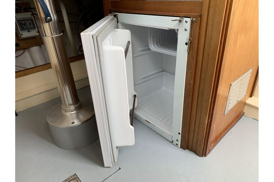 Freeward 30 fishing boat - fridge