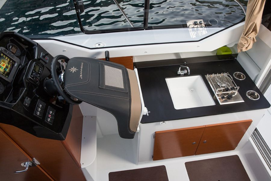 Jeanneau Merry Fisher 795 - folding helm seat to gallery