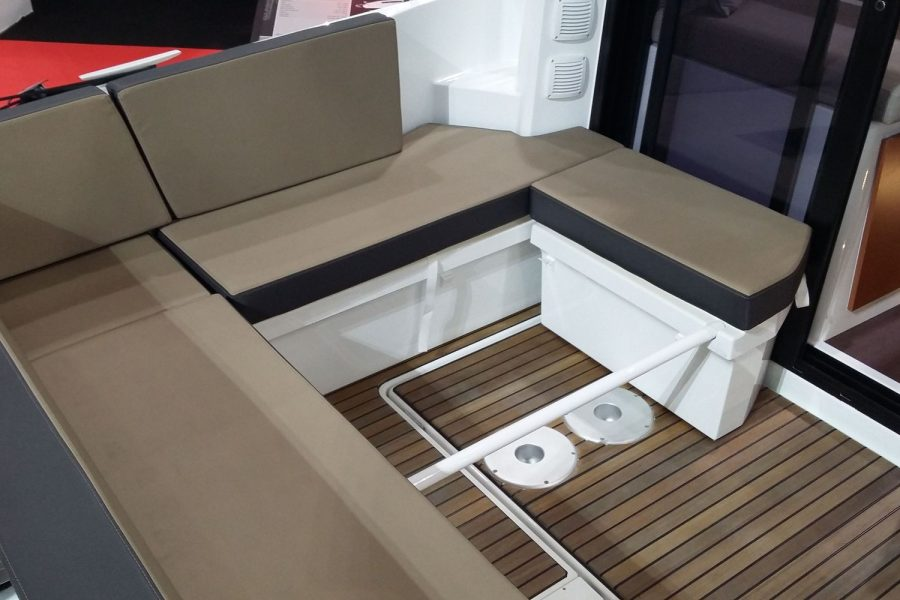 Jeanneau Merry Fisher 895 - cockpit seating