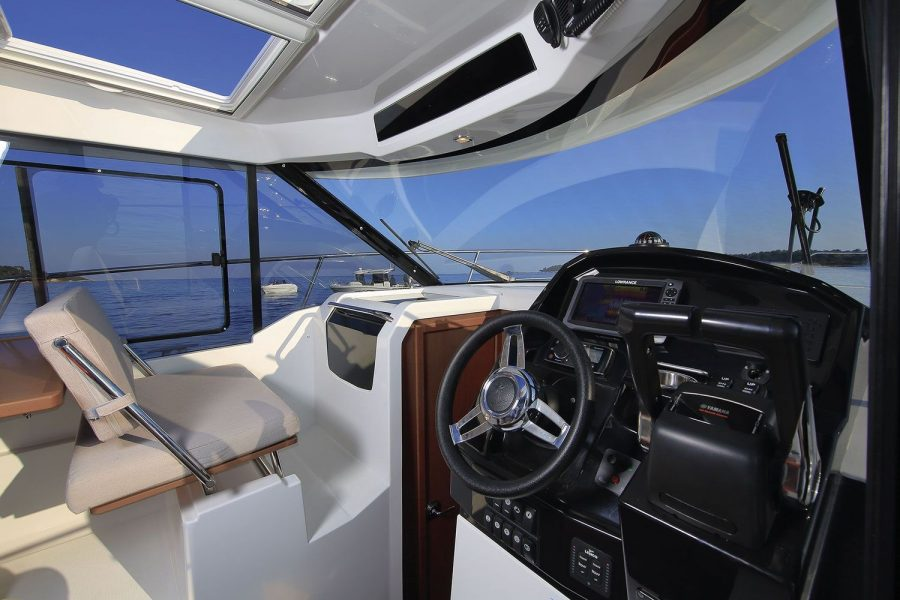 Jeanneau Merry Fisher 895 - pilot and co-pilot seats
