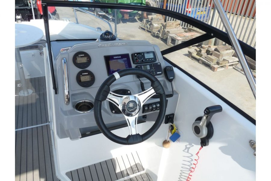 Jeanneau Cap Camarat 6.5BR - helm position