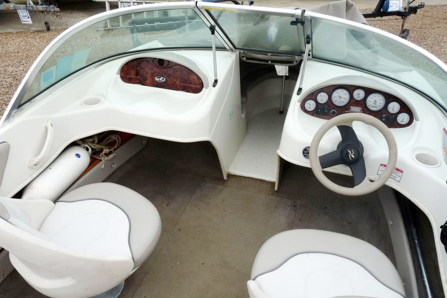 Sea Ray 176 - cockpit to bow