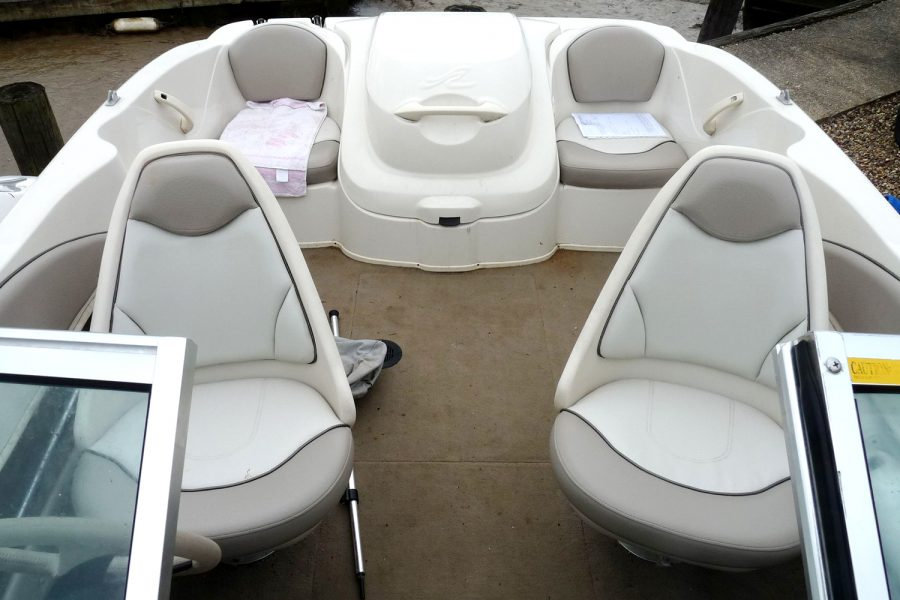 Sea Ray 176 - cockpit seating