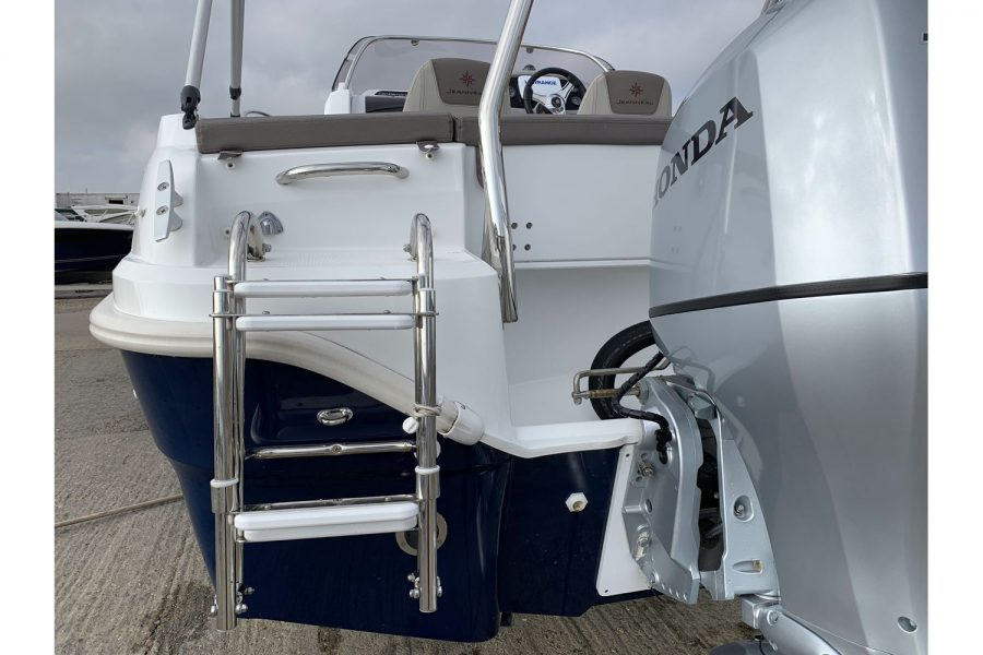 Jeanneau Cap Camarat 5.5 WA - boarding ladder